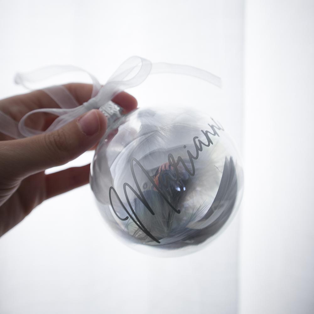 Gepersonaliseerde kerstbal met naam - Grijs veren