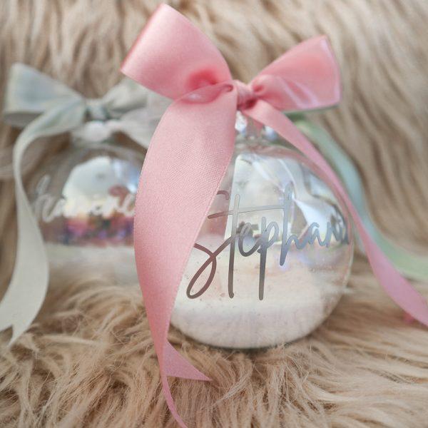 Gepersonaliseerde sneeuw kerstbal met naam & grote strik