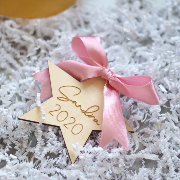 Gepersonaliseerde kersthanger met naam voor baby, baby kersthanger, houten kersthanger