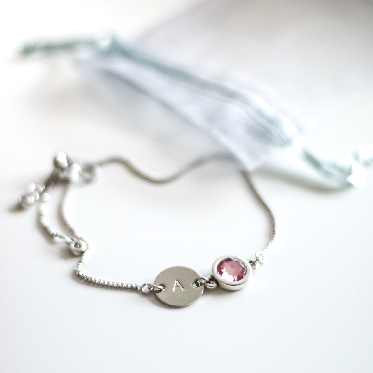 Armband met letter en Swarovski steen - zilverkleurig